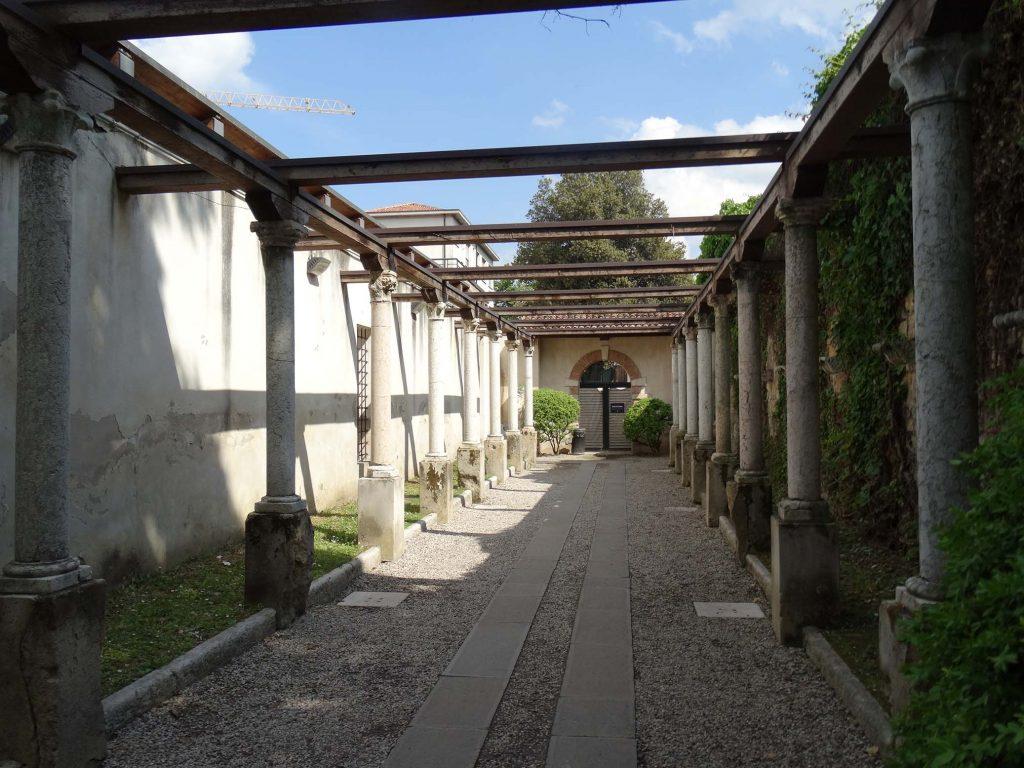 монастырский дворик