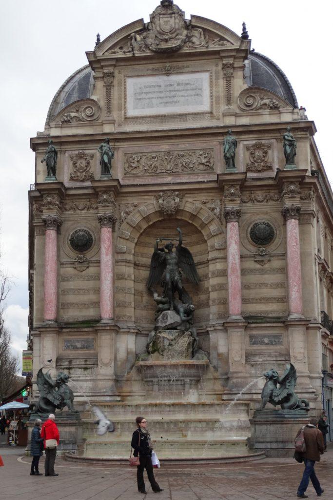 фонтан на площади Сан-Мишель