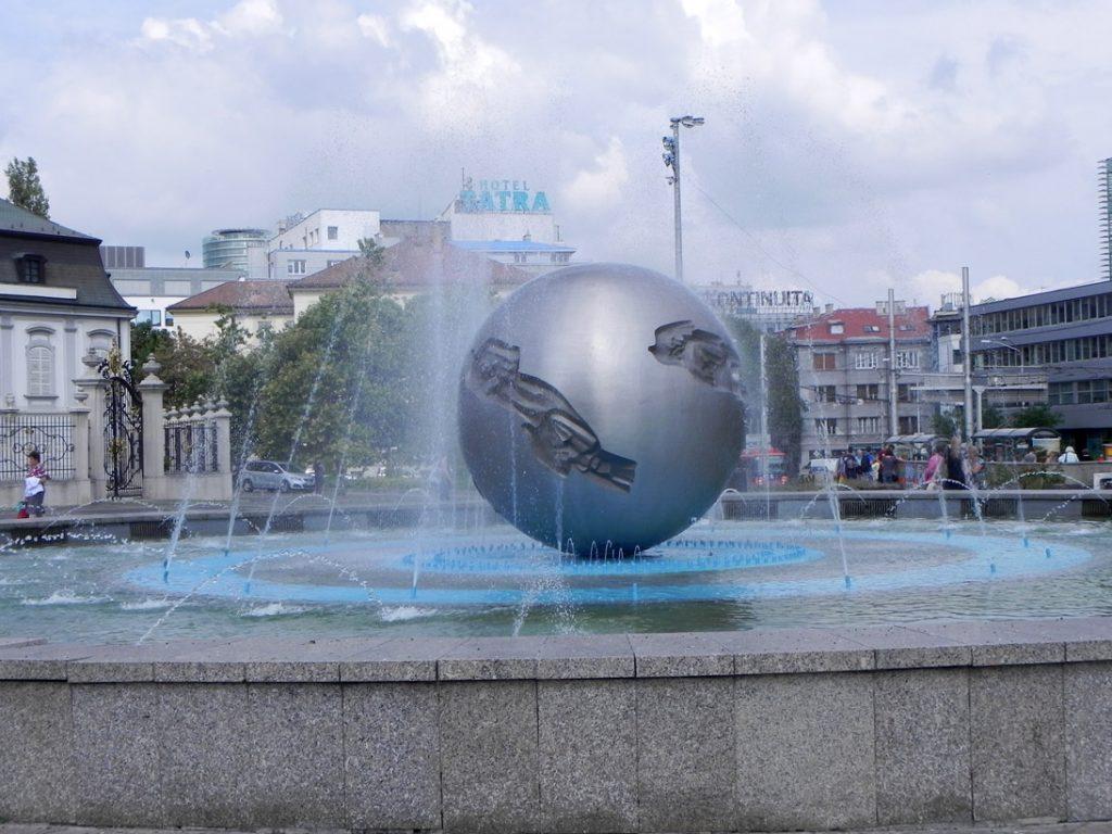 Братислава. Площадь перед Президентским дворцом
