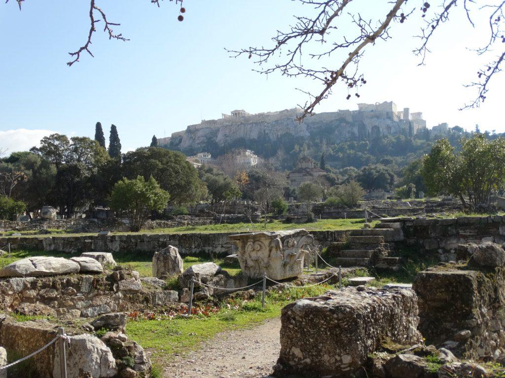 Руины древней Агоры и вид на Акрополь
