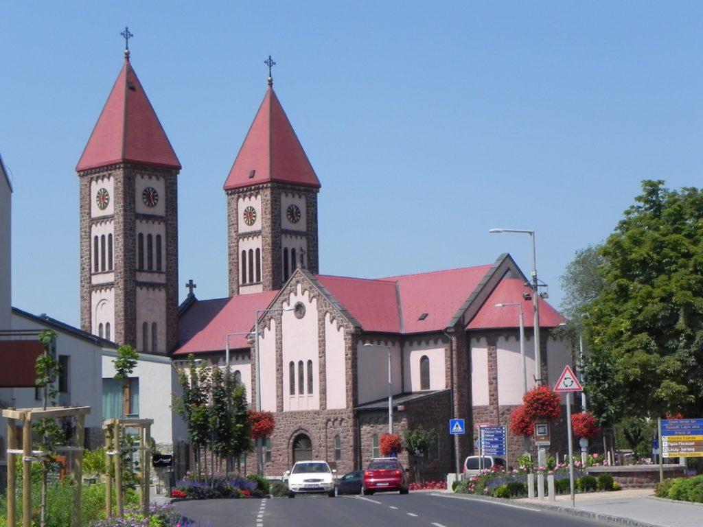 Красный костел (Piros templom) на площади Святого Иштвана